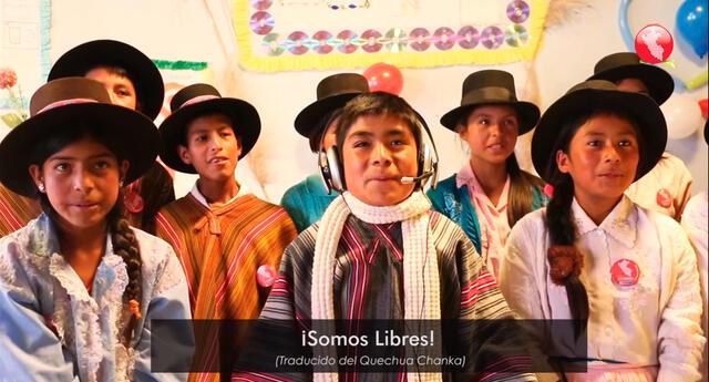 Niños entonando el Himno Nacional en Quechua Chanka.