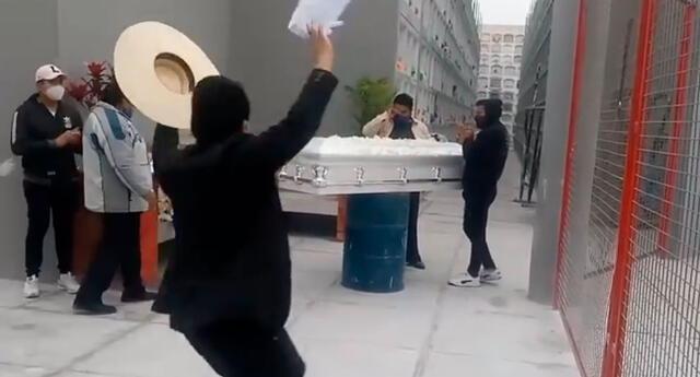 Joven baila marinera en el entierro de su madre para darle el último adiós