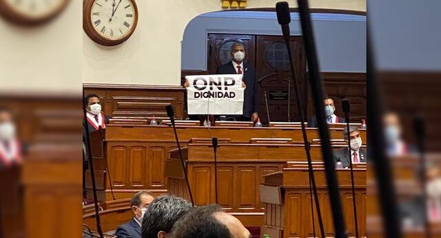 Congresista Cecilia García presentó cartel en medio de mensaje presidencial.