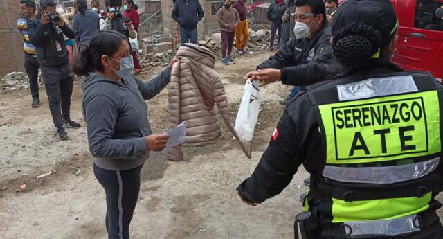 Entregan casacas para el frío a pobladores de Ate Vitarte.