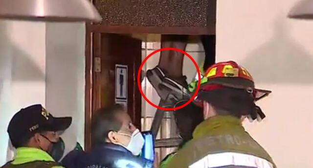 Presunto delincuente quedó atrapado en tragaluz de una vivienda.