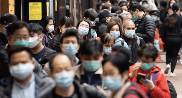 Expertos recomiendan que las personas deben desechar sus mascarillas después de cuatro horas de uso para prevenir el protector de gérmenes.