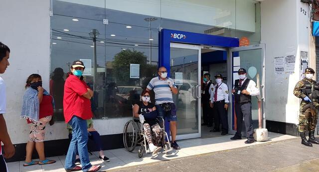 Hay muchos discapacitados y adultos mayores esperando en las colas de los bancos para el bono de 380 soles.