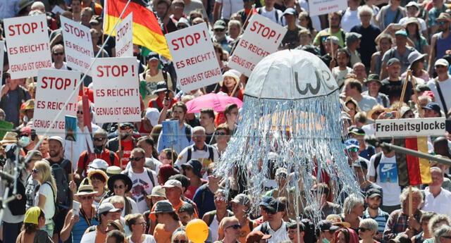 Bajo el argumento de estar violando sus derechos y libertades, miles de personas protestaron en Berlín.