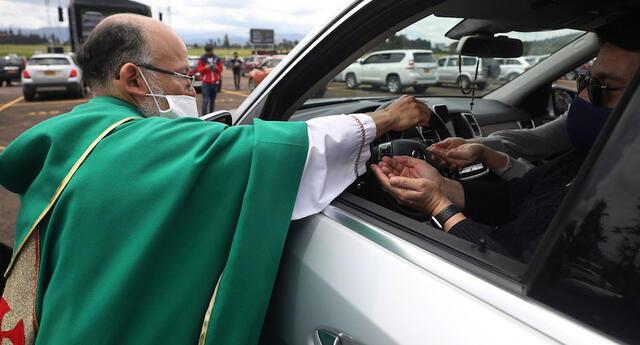 Sacerdote colombiano oficia una misa en una playa de estacionamiento