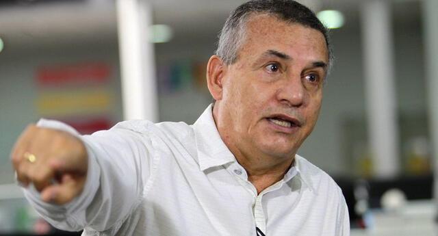 """congresista deja su micrófono abierto y pide un """"lapo"""" para Daniel Urresti"""