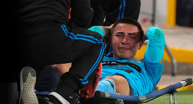 Jean Deza salió lesionado del partido.