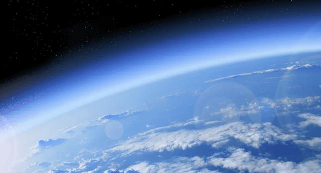 La capa de ozono nos protege de los rayos ultravioletas del sol.