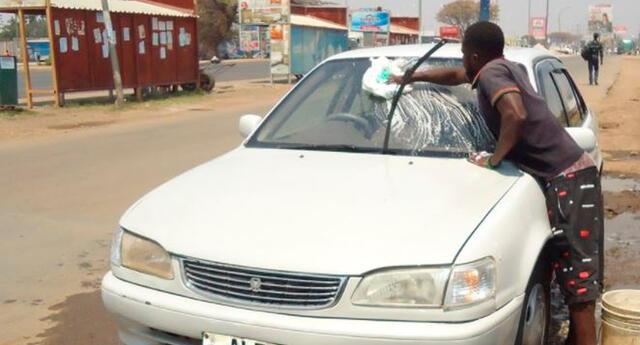 Jones Nyirenda obtiene sus ingresos de lavar autos en las calles de Lusaka, Zambia.