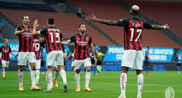 Todos festejan con Zlatan por los dos goles marcados al Inter.