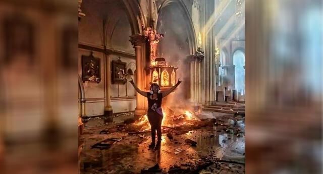 Durante el siniestro, una joven se tomó una foto, en la que posa celebrando el incendio.