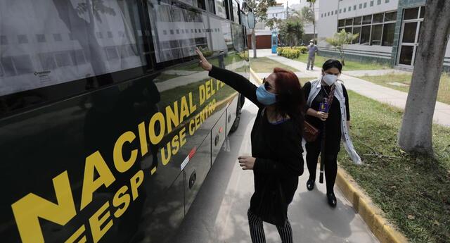 Familiares y amigos de los acusados se aglomeraron cuando el bus partía.