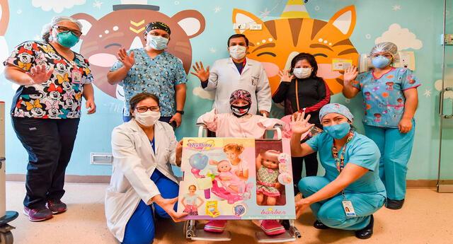 La niña , su progenitora y el personal de salud del INSN San Borja
