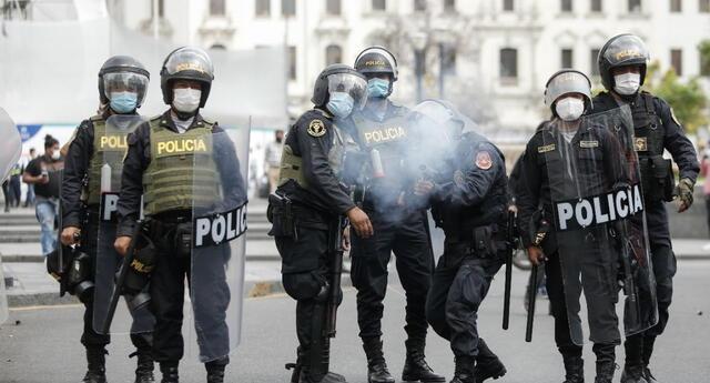Gloria Cano, abogada de la Asociación Pro Derechos Humanos, presentó una denuncia penal por los delitos de homicidio agravado y abuso de autoridad en contra de Merino, Flores Aráoz, Rodríguez y altos mandos policiales.