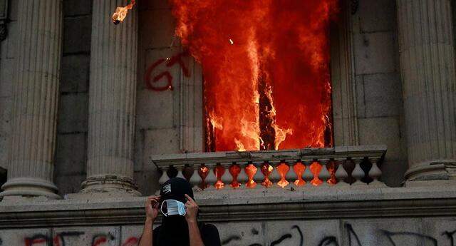 Los manifestantes lanzaron antorchas con fuego al interior del Parlamento.