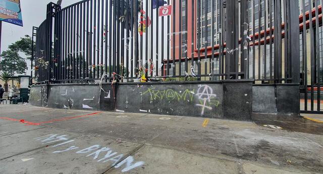 Destruyen altar de héroes del Bicentenario.
