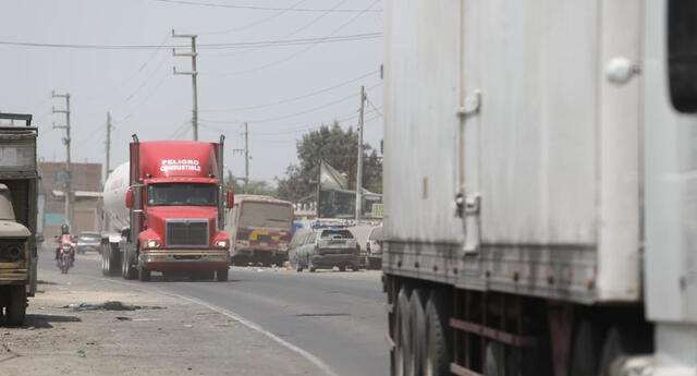 Buses, carros y camiones vuelven a circular por la Panamericana Sur, en Ica.