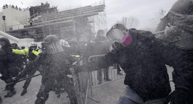 Partidarios de Donald Trump se enfrentan a la policía en EE .UU.