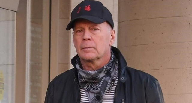Bruce Willis, de 65 años, se negó a cubrir su boca en un establecimiento, pese a tener un pañuelo en el cuello que podría haber usado.