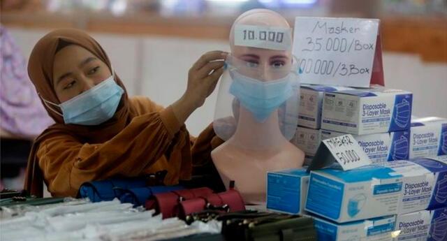 """El profesor Amin Soebandrio, asesor del gobierno de Indonesia, lanzó su estrategia de vacunación COVID-19 """"la juventud primero""""."""