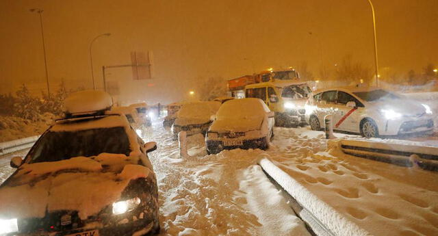 Conductores varados en una carretera de acceso a la autopista M-30 durante una fuerte nevada en Madrid, España.