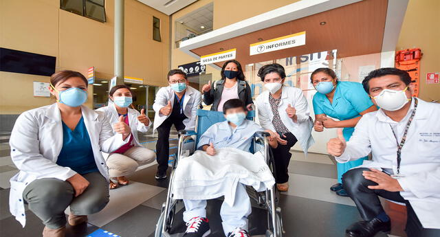 El adolescente y el quipo de médicos del INSN San Borja