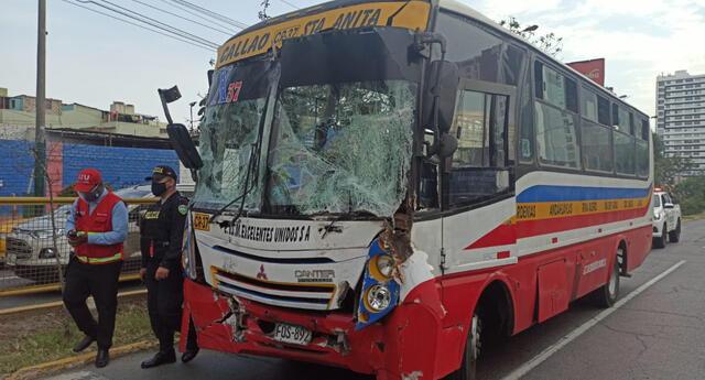 accidente entre bus de transporte  y camión de bomberos deja 10 heridos