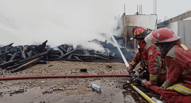 El depósito de maderas se incendió alrededor de las 3 a. m.
