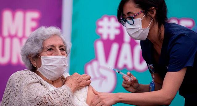 La vacuna china Sinovac contra la COVID-19 es aplicada en distintas ciudades de Chile. Foto: EFE