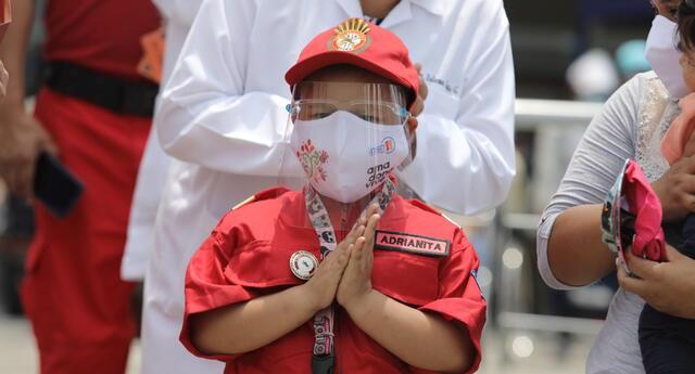 Adrianita, paciente oncológica, cumple su sueño de ser bombera