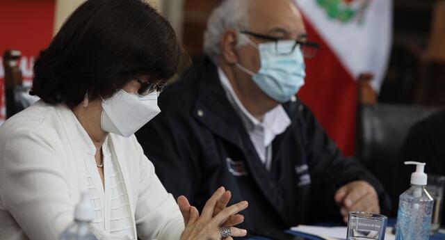 Pilar Mazzetti recibió vacuna de Sinopharm junto a otros funcionarios.