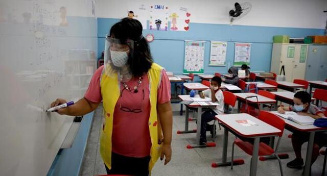 Chile, que lleva casi un año con las escuelas cerradas, es además líder indiscutible de la vacunación en Latinoamérica y más de 2.1 millones de personas han recibido ya al menos una dosis. | Foto: EFE