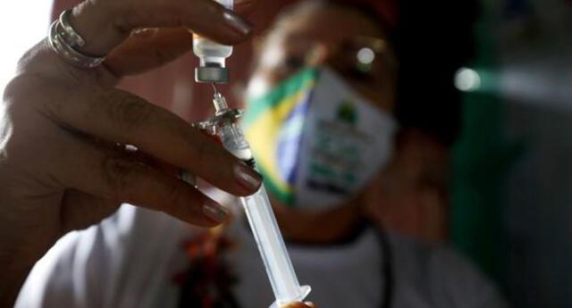 María Angélica de Carvalho Sobrinho, de 53 años, fue la primera persona vacunada en el estado de Bahía, en el noreste de Brasil.