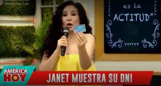 Janet Barboza muestra su DNI en vivo.