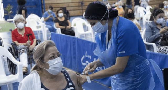Chile supera a Israel y se posiciona como el país que más rápido vacuna contra la COVID-19 en el mundo.