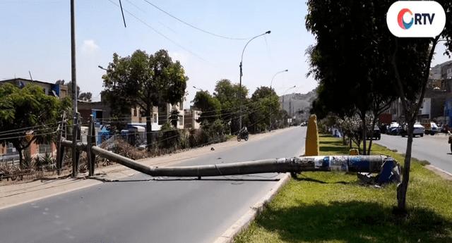 Dos postes de luz caen en plena vía pública