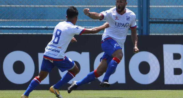 Mauro Guevgeozián  celebra el primer  gol de los carlistas . José Carlos Fernández puso el segundo.