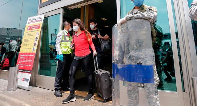 El MTC recordó que el uso de la mascarilla y el protector facial seguirá siendo obligatorio en el terminal de los aeropuertos y en los aviones mientras continúe la pandemia.