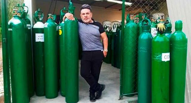 Andrés Hurtado posó delante de balones de oxígeno.