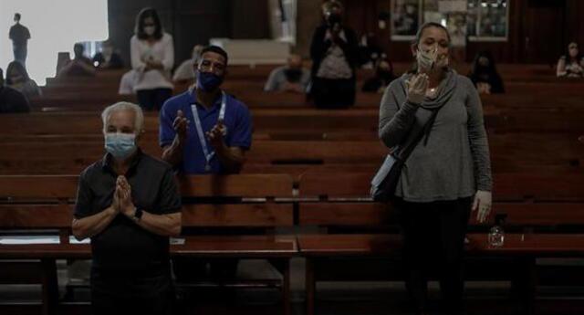 Personas son vistas con tapabocas en una iglesia durante la celebración de una eucaristía en Río de Janeiro, Brasil, en plena pandemia de coronavirus.