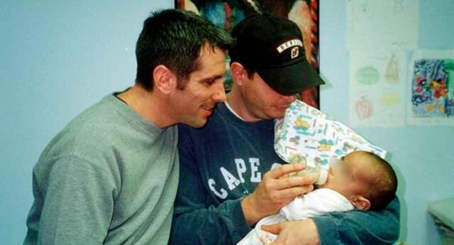 Bebé fue abandonado en un metro y pareja lo adoptó.