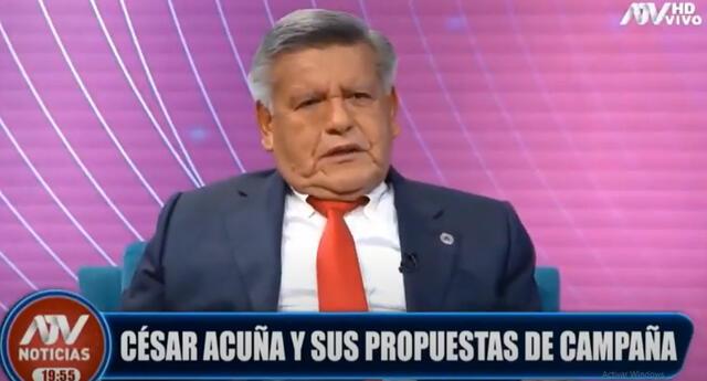 El candidato presidencial respaldó a la periodista Juliana Oxenford, quien fue atacada por el aspirante Rafael López Aliaga, de Renovación Popular.