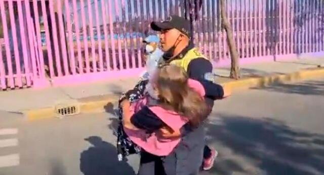 La mujer fue cargada en brazos por policías de tránsito en México.