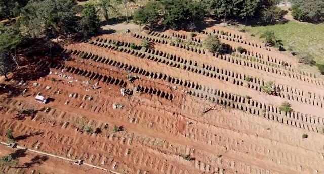Este jueves fueron difundidas unas imágenes donde se ve a hombres cavando con maquinaria cientos de tumbas en el cementerio de St. Luiz de Sao Paulo.