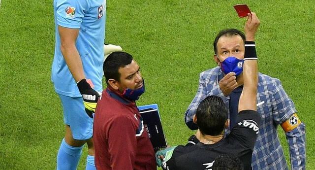 Juan Reynoso vio sorprendido la tarjeta roja en el partido con los Chivas.