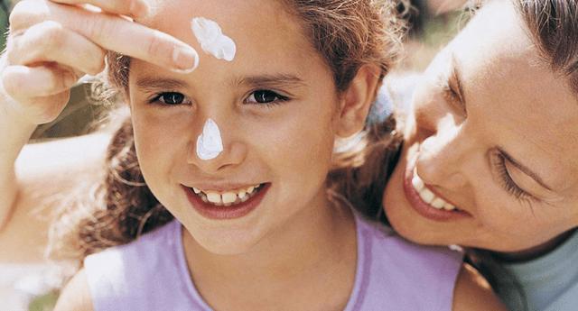 El uso de protector solar previene las lesiones cancerígenas.