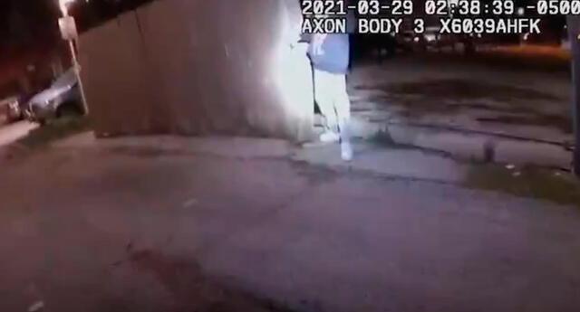 En el video no se muestra que el menor arroja un arma antes de ser disparado por el policía.