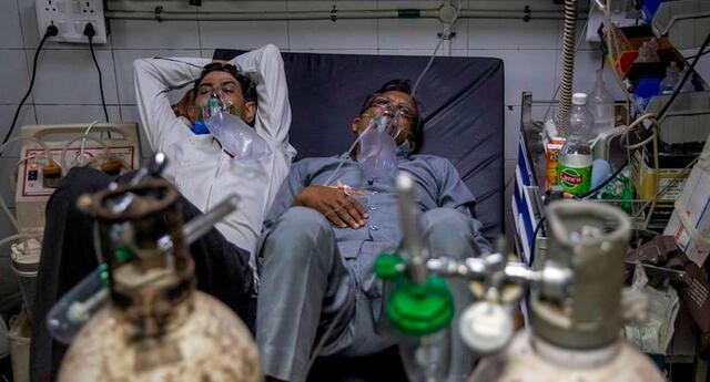 Los pacientes COVID-19 son hacinados en un solo colchón para dos.