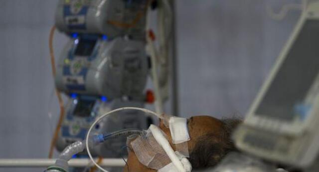 Un paciente de coronavirus COVID-19 intubado es atendido en una Unidad de Cuidados Intensivos de un hospital de Brasil.
