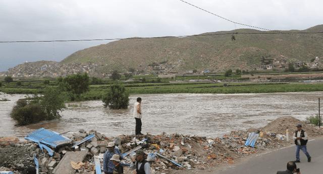 Jóvenes intentaron cruzar el río Chili para tener una jornada deportiva.